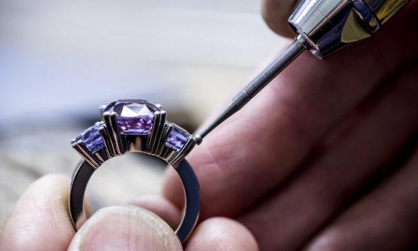 Ring mit Edelsteinen violett Bijouterie